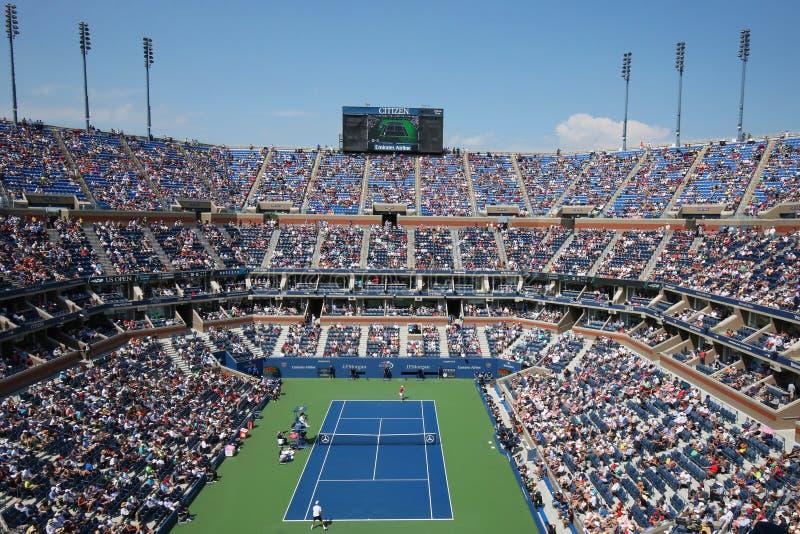 Arthur Ashe Stadium tijdens de halve finalegelijke van US Openmensen tussen Novak Djokovic en Kei Nishikori royalty-vrije stock foto's