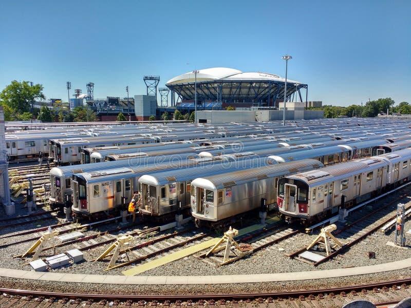 Arthur Ashe Tennis Stadium från Corona Rail Yard, New York, USA royaltyfri foto