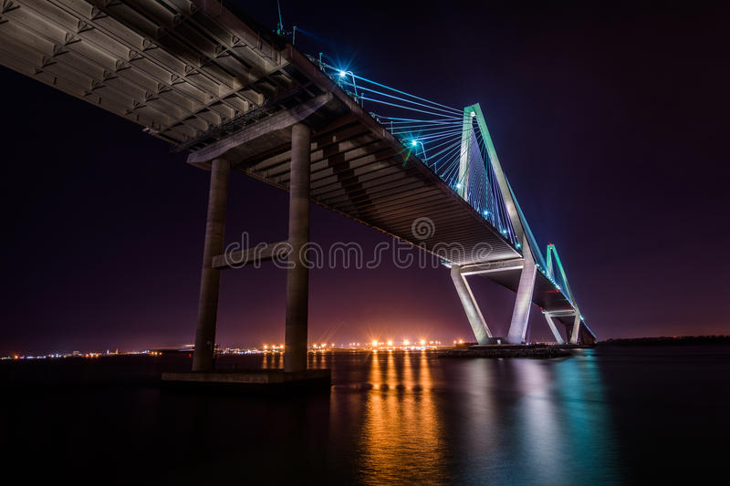 Arthur Ravenel Jr Bridge bij Nacht is Manier in Charleston benieuwd, royalty-vrije stock foto's