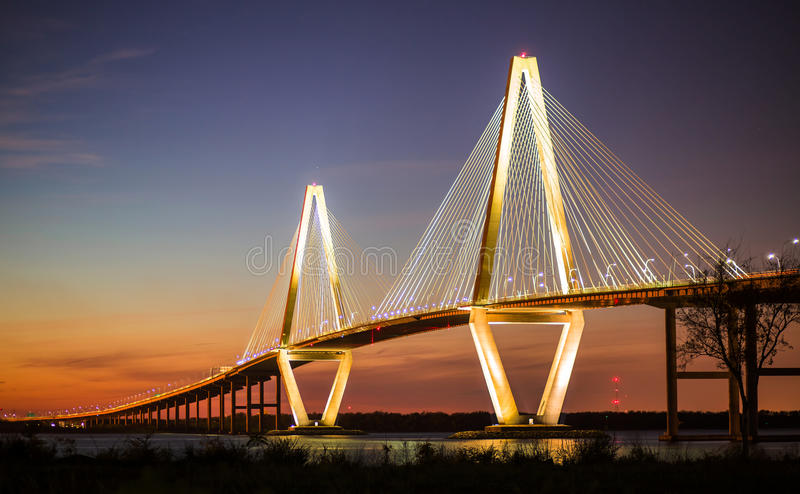 Arthur Ravenel Jr Bridge Illuminated na noite foto de stock royalty free