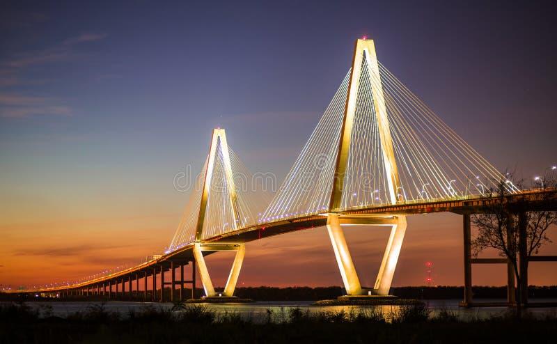 Arthur Ravenel Jr Bridge Illuminated por la tarde foto de archivo libre de regalías