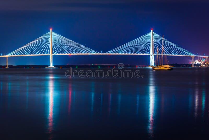 Arthur Ravenel Junior Bridge alla notte a Charleston, C del sud fotografie stock libere da diritti