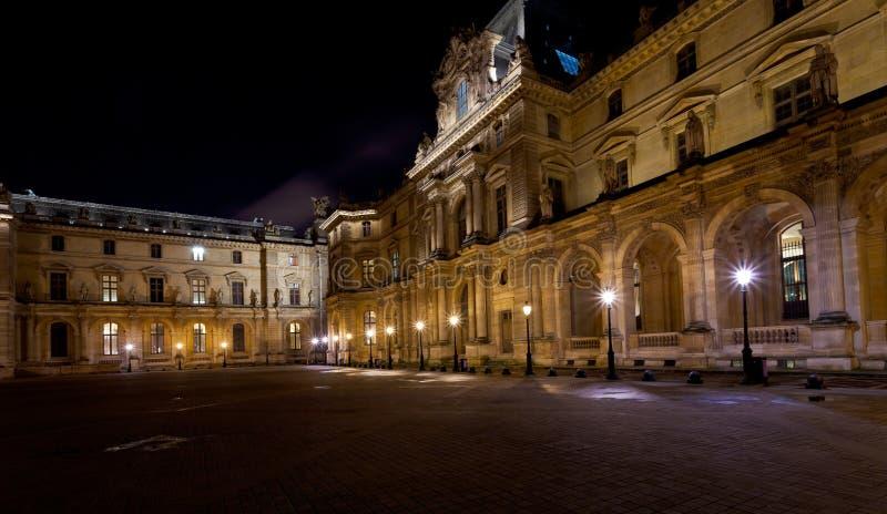 Arti del DES di Palais del Louvre, Parigi alla notte fotografia stock libera da diritti