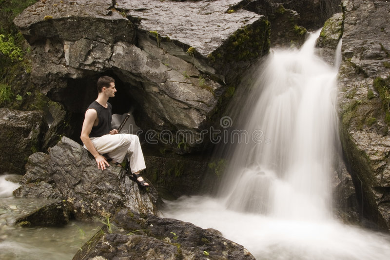 Arti marziali - meditazione vicino alla cascata fotografie stock libere da diritti