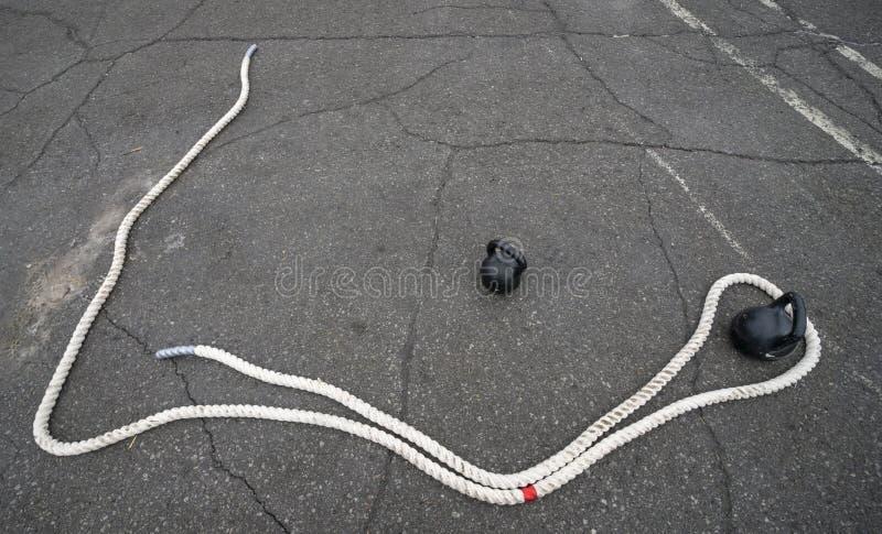 Article de sport, corde et poids extérieurs images stock