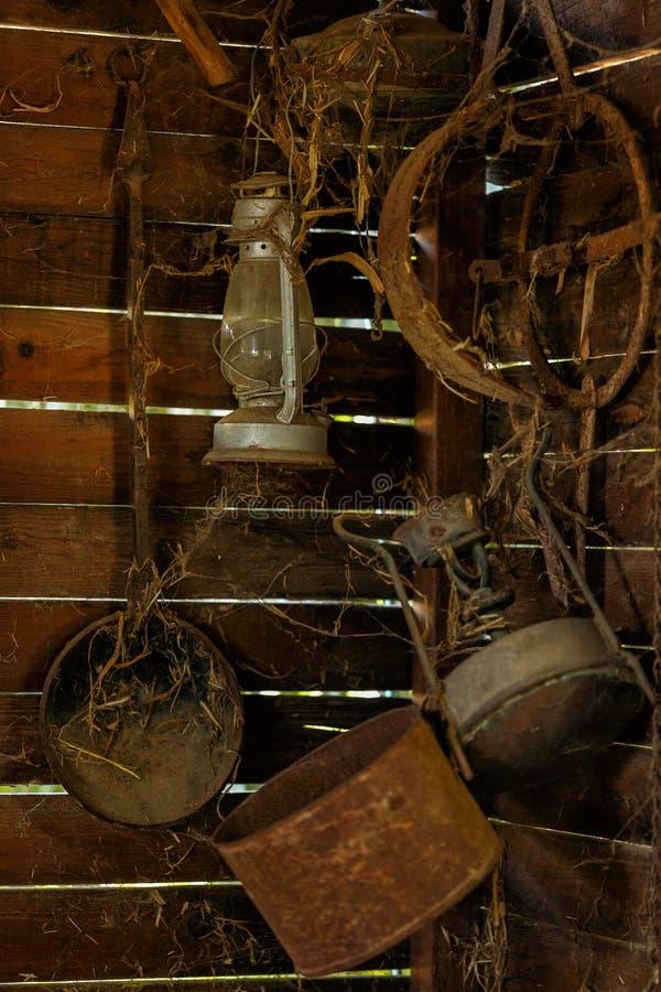 Articles antiques de ménage dans la grange images stock