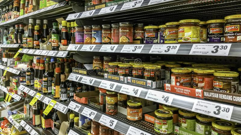 Articles asiatiques d'épicerie sur des étagères à vendre images libres de droits