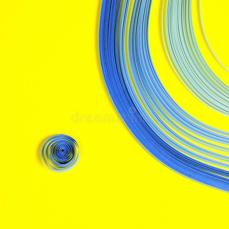 Articles colorés lumineux de fond pour quilling (papier, règle) photographie stock libre de droits