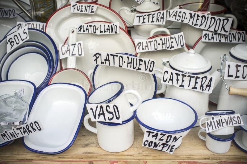 Articles d'émail de offre de vieille boutique d'Espagnol Les articles blancs de vintage ont fait f photo libre de droits