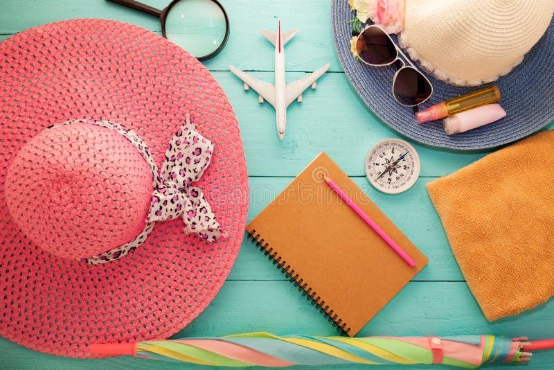 Articles d'accessoires de vacances et de voyage pour le backgro de vacances d'été photographie stock libre de droits