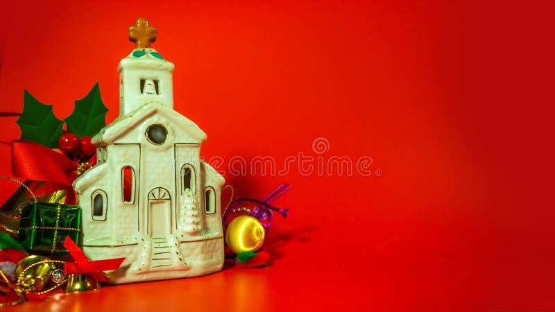 Articles de décoration de Noël avec de petits éléments Décoration sur le fond rouge Attributs de la nouvelle année, l'espace pour photos stock