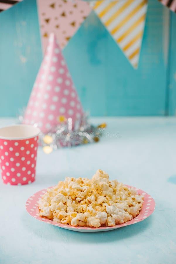 Articles de fête d'anniversaire avec le maïs éclaté sur la table images libres de droits