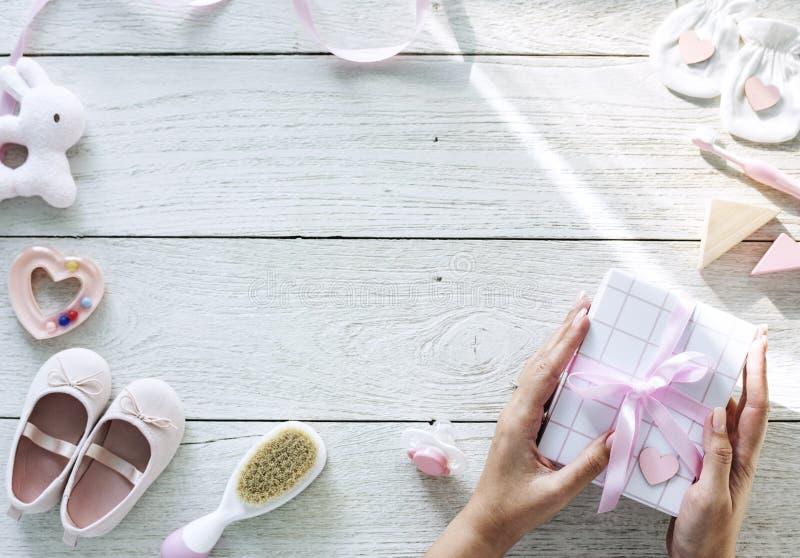 Articles de fête de naissance sur la table en bois images stock