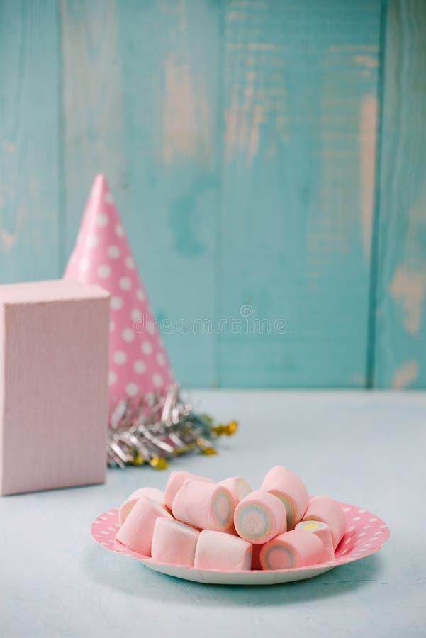 Articles de f?te d'anniversaire avec la mauve de marais sur la table image stock
