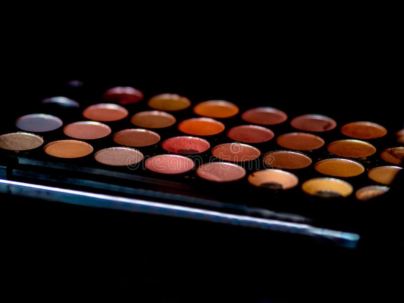 Articles de maquillage sur une table photographie stock libre de droits