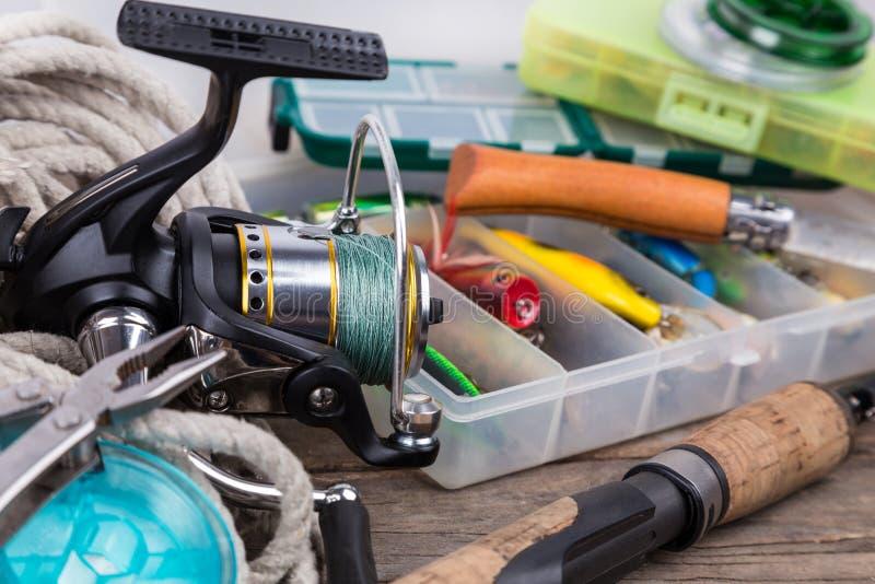 Articles de pêche et amorces dans des boîtes de rangement image stock