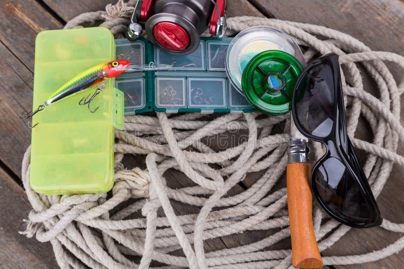 Articles de pêche et amorces dans des boîtes de rangement photos stock