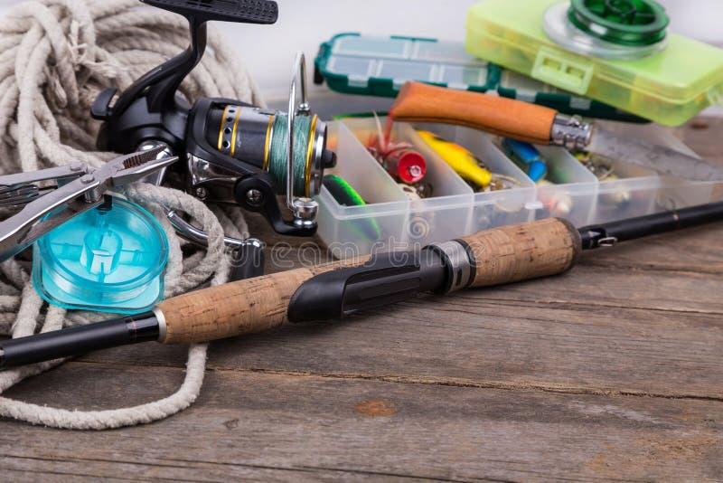 Articles de pêche et amorces dans des boîtes de rangement photo libre de droits