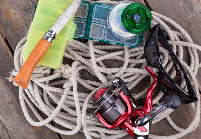 Articles de pêche et amorces dans des boîtes de rangement photographie stock