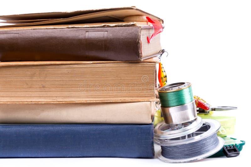 Articles de pêche et amorces extérieurs avec des livres images stock