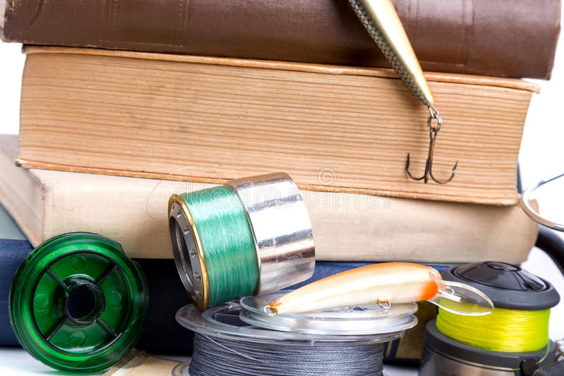 Articles de pêche et amorces extérieurs avec des livres photographie stock