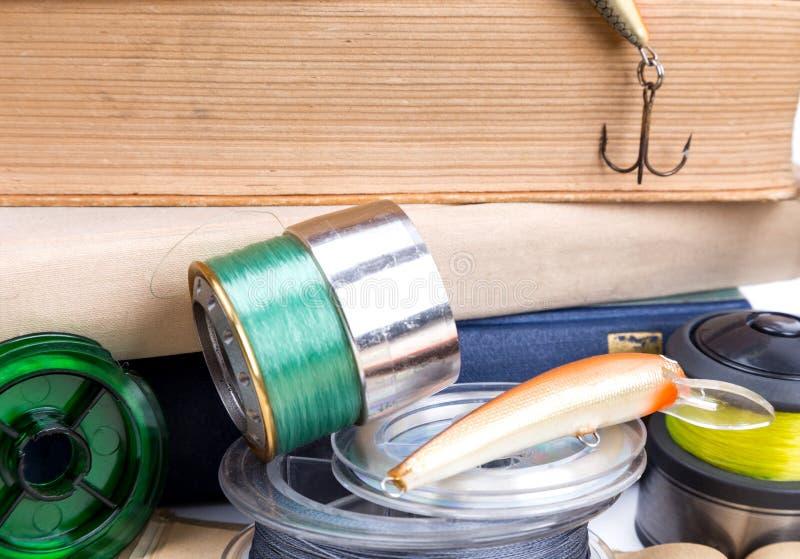 Articles de pêche et amorces extérieurs avec des livres image stock