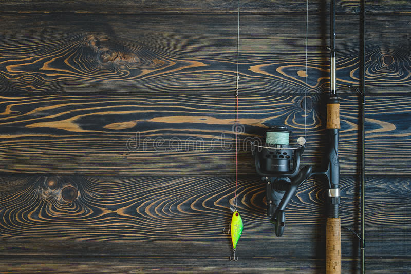 Articles de pêche sur une table en bois Image modifiée la tonalité photos libres de droits