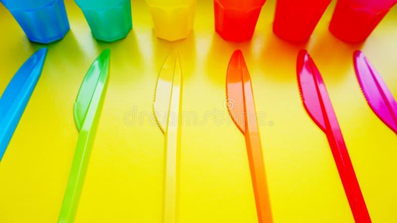 Articles en plastique colorés Vaisselle pour un pique-nique fait de plastique coloré photo stock
