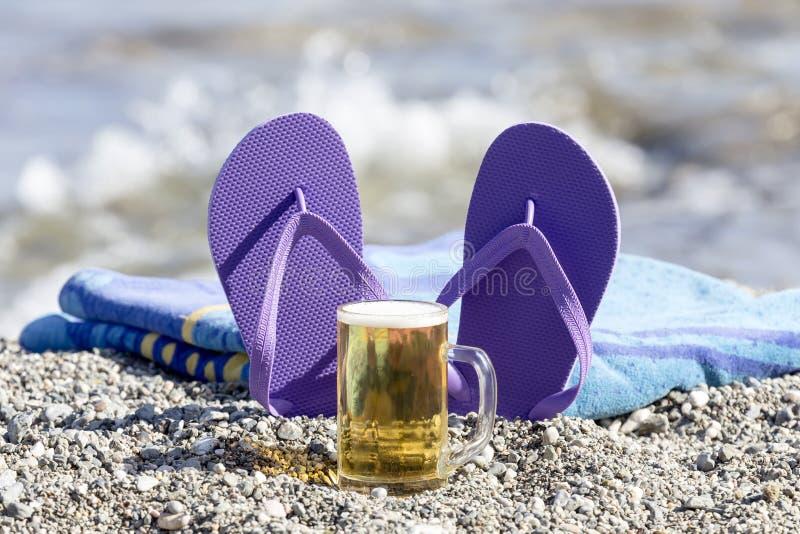 Articles et bière de plage image libre de droits
