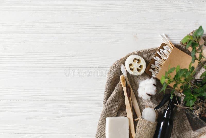articles gratuits de plastique brosse à dents en bambou naturelle d'eco, deodo en cristal image stock