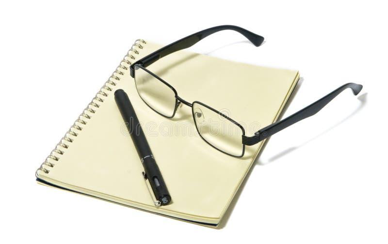 Articles pour le bureau, toujours la vie, verres, paires de verres modernes, jante noire, bloc-notes, stylo images libres de droits