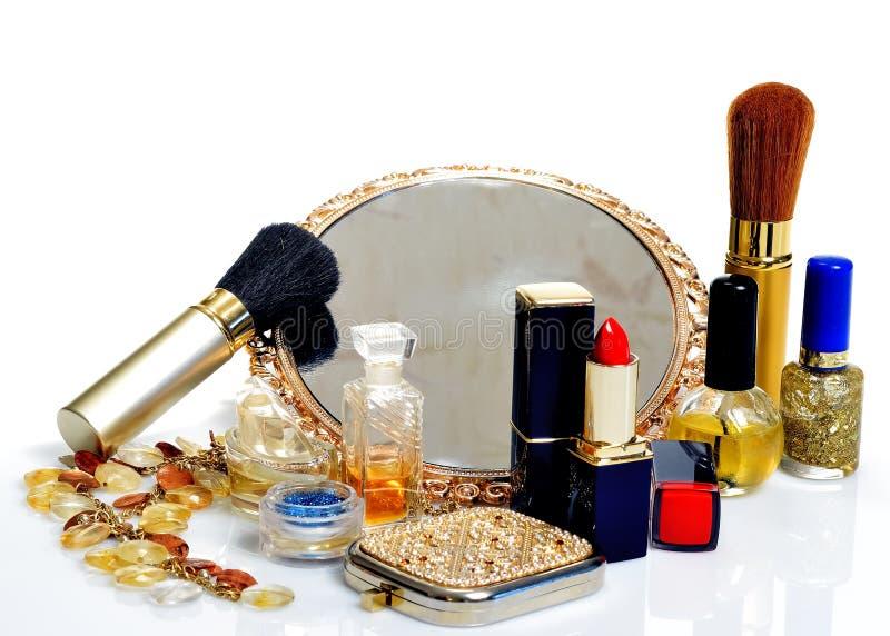 Articles pour les cosmétiques décoratifs, le maquillage, le miroir et les fleurs images stock