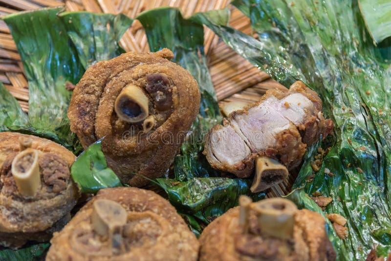 Articolazione croccante della carne di maiale al mercato tailandese dell'alimento della via immagini stock
