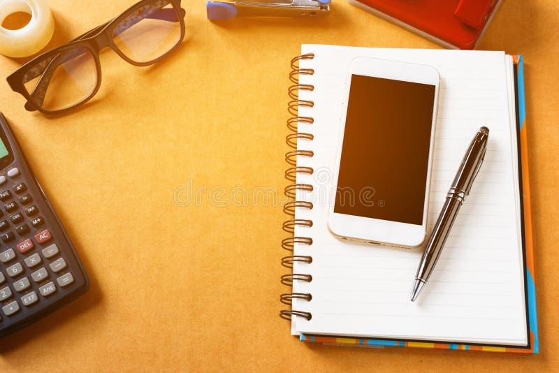 Articoli per ufficio, aggeggi e Smart Phone, penna con il blocco note sul wo immagine stock libera da diritti