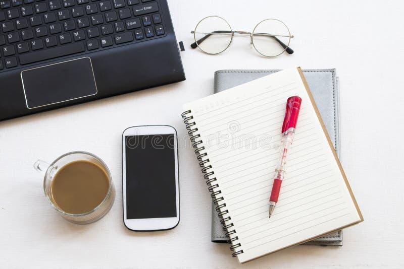 Articoli per ufficio del pianificatore e del computer del taccuino fotografie stock libere da diritti