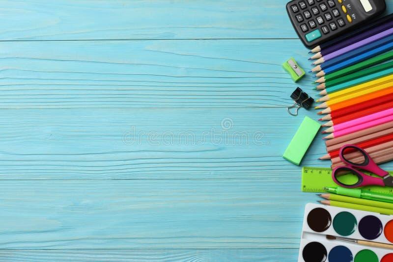 Articoli per ufficio e del banco Fondo della scuola matite colorate, penna, dolori, carta per la scuola e istruzione dello studen immagini stock