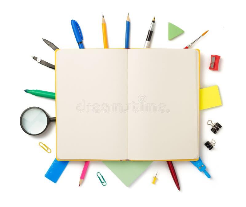 Articoli per ufficio a fondo bianco fotografia stock