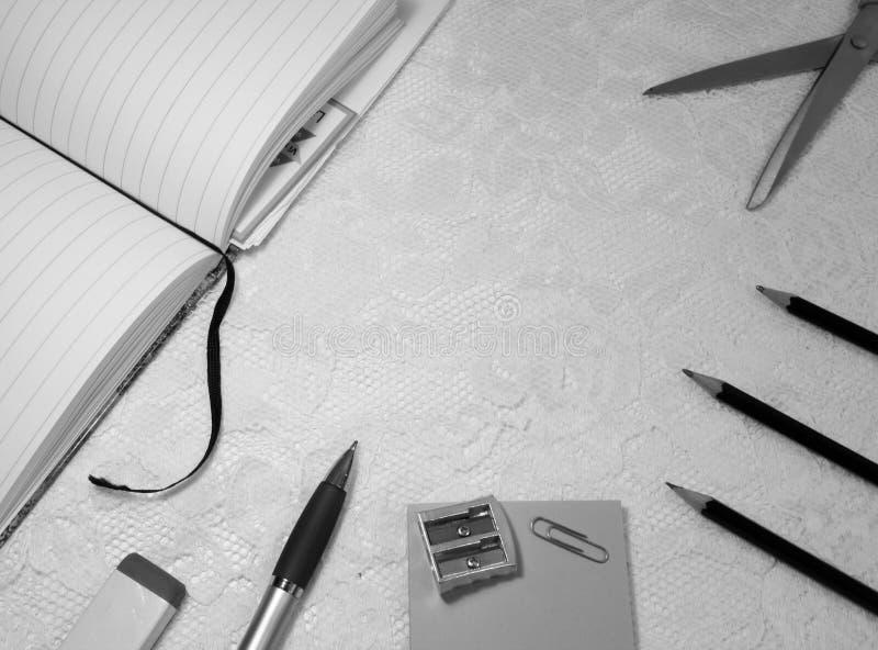 Articoli per ufficio sul fondo bianco del pizzo fotografia stock libera da diritti