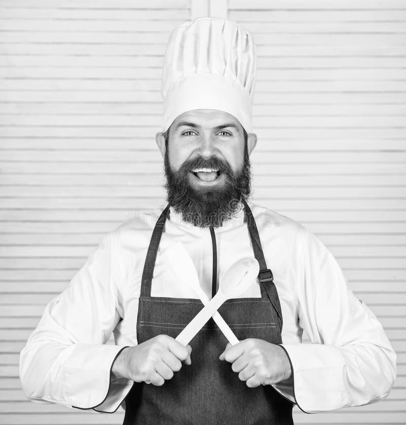 Articolo da cucina e concetto di cottura Lascia il gusto di prova Aggiunga alcune spezie Uomo con la barba nella cottura della te fotografia stock