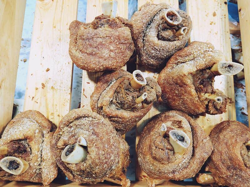 Articulation profonde de porc de Fried Crispy ou vins du Rhin allemands de porc photos libres de droits