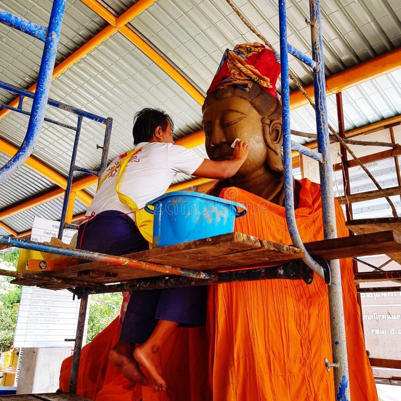 Artiest sculpt Buddha standbeeld in Boeddhistische tempel royalty-vrije stock afbeelding