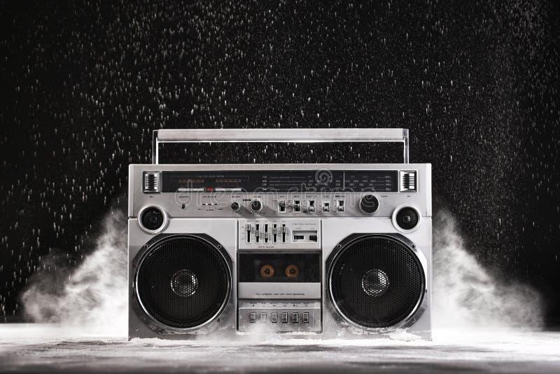 artificiere d'argento e polvere del ghetto degli anni 80 retro isolati su spirito nero fotografie stock libere da diritti