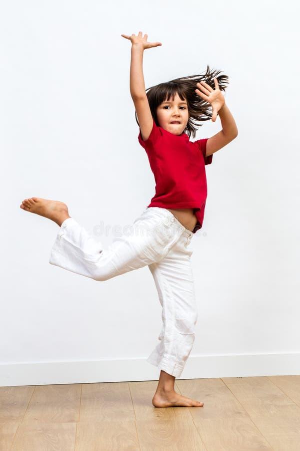 Artig härlig ung flickadans, glad dynamisk barnrörelse för visning royaltyfri fotografi