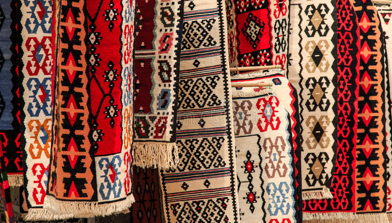 Artigianal mattar till salu i Skopje, Makedonien arkivbilder