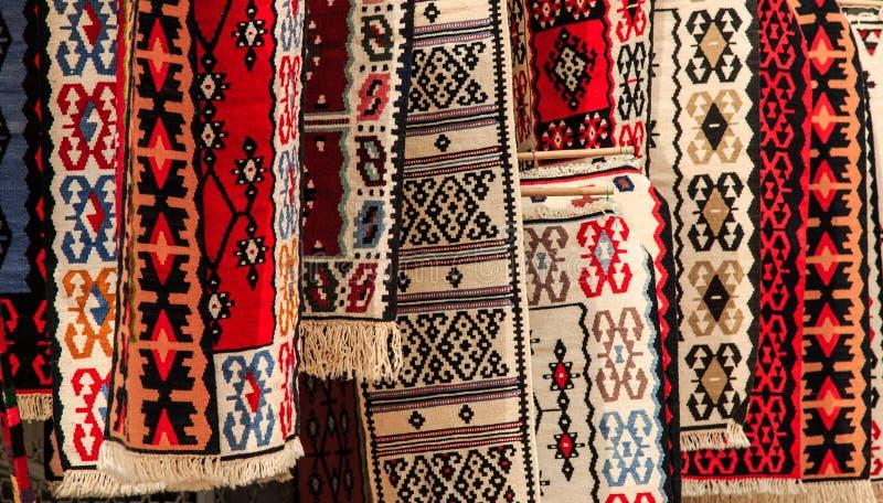 Artigianaltapijten voor verkoop in Skopje, Macedonië stock afbeeldingen