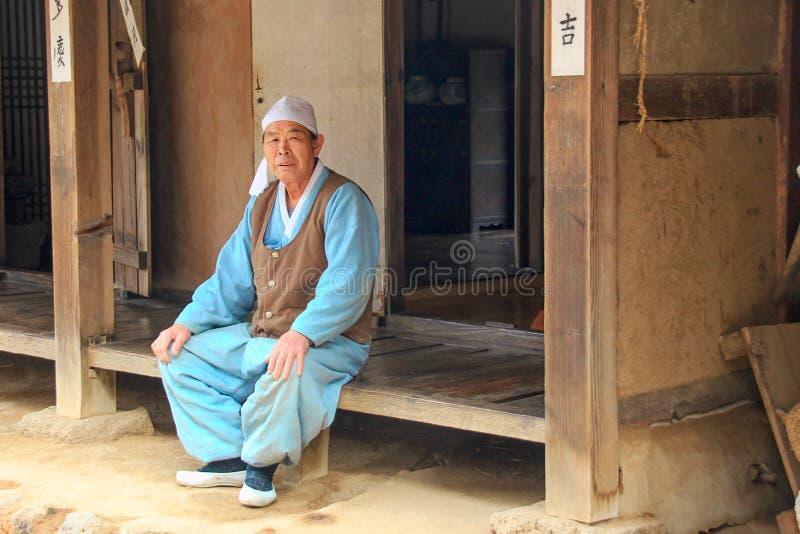 Artigiano asiatico anziano vicino all'officina dell'artigiano fotografia stock libera da diritti