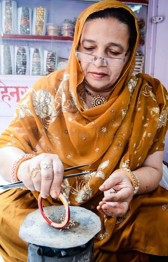 Artigiano che fa i braccialetti fotografia stock libera da diritti