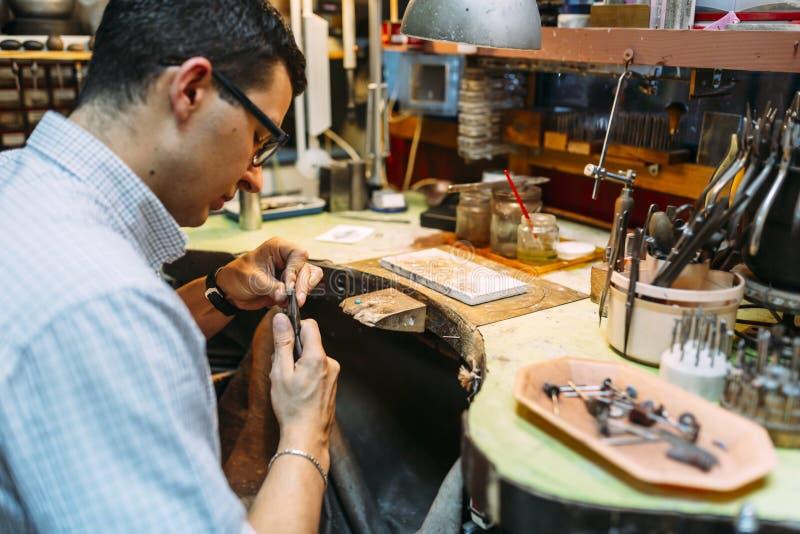 Artigiano che lavora al banco da lavoro fotografie stock libere da diritti