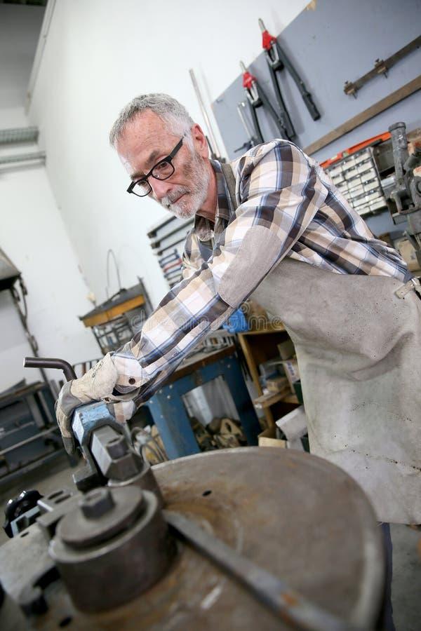 Artigiano con esperienza che lavora al ferro fotografia stock
