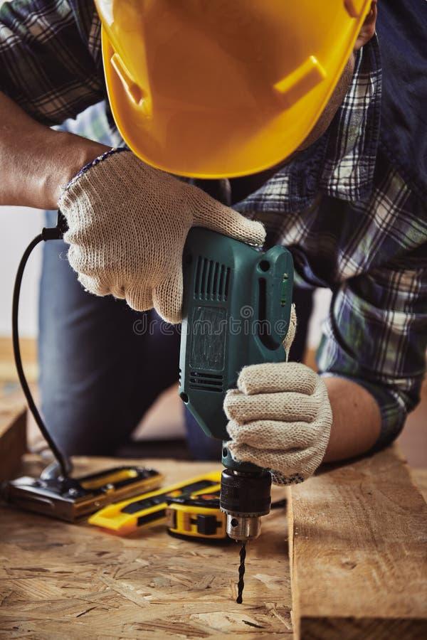 Artigiano con il trapano immagine stock